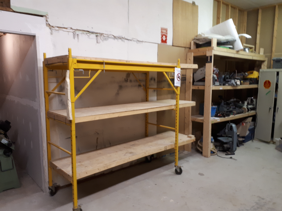 20190409_yellow-scaffolding-shelving